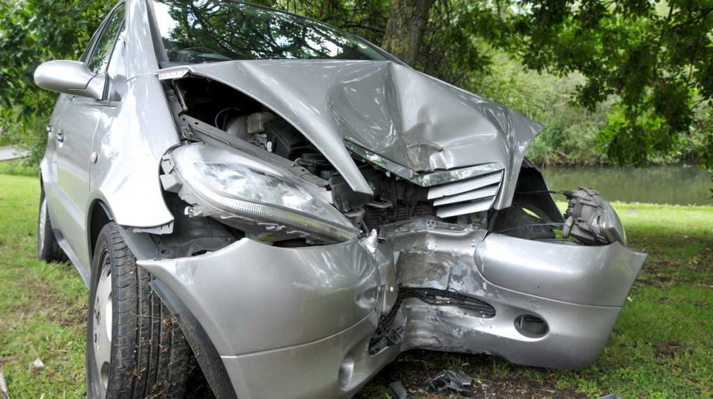 Frente de auto plateado destrozado a causa de un accidente
