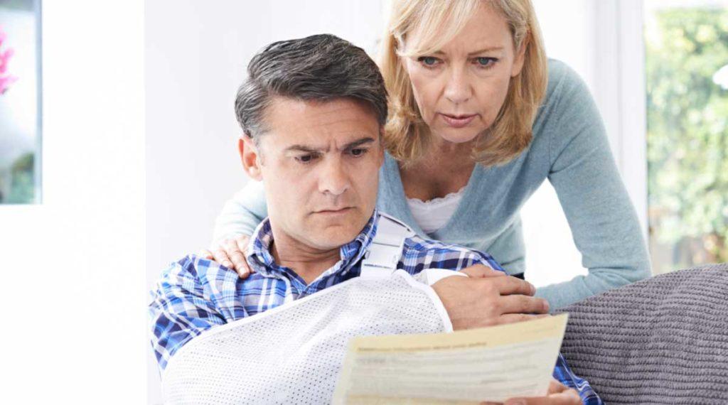 Pareja viendo su cuenta médica después de un accidente