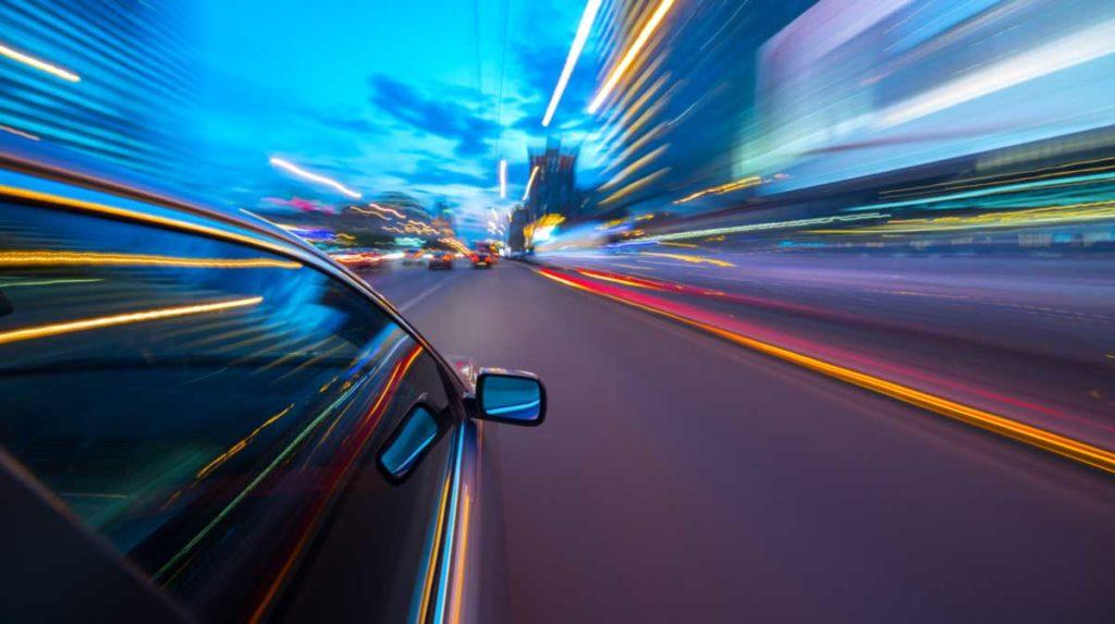 Auto manejando a muy alta velocidad en Atlanta