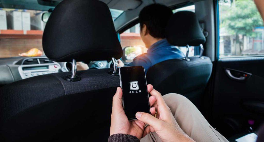 Usuario de Uber en el asiento trasero