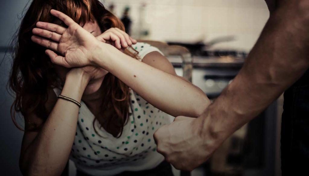 Mujer siendo abusada fisicamente