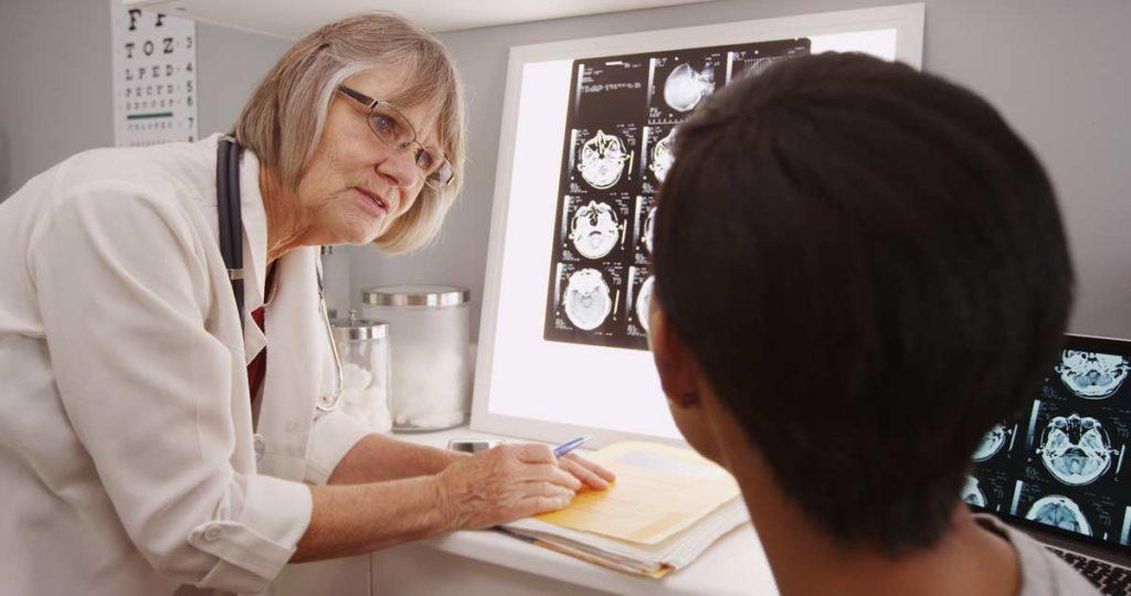 Doctora revisando x-rays del cerebro