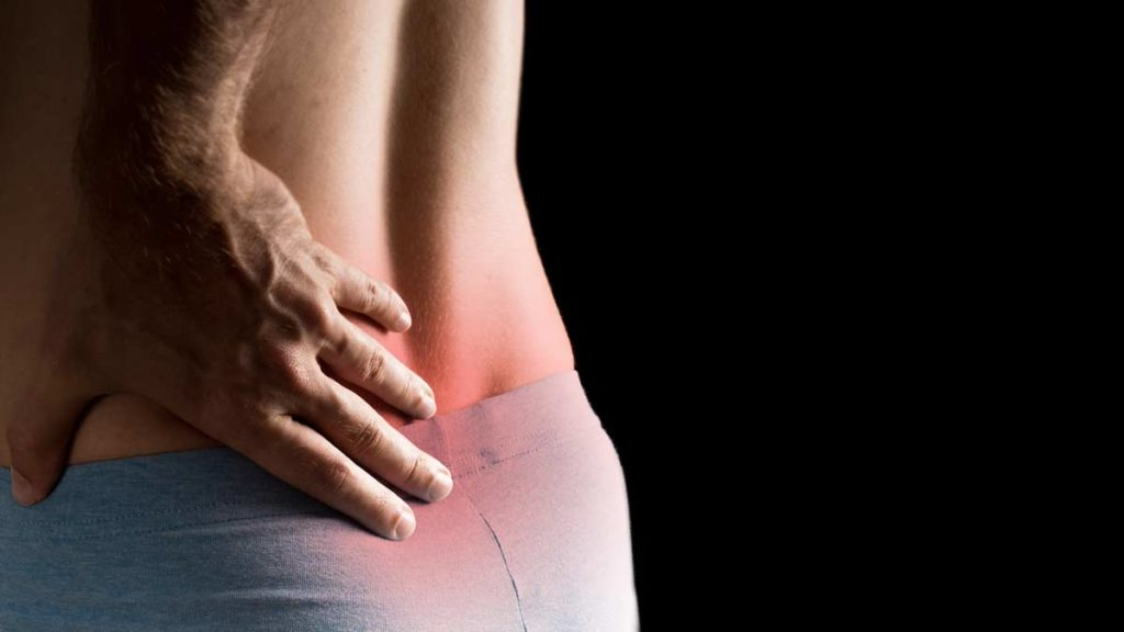 Hombre con dolor severo en la espalda