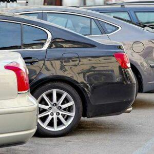 Foto de autos en un estacionamiento